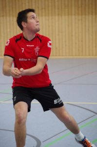 Libero Joachim Greitzke konzentriert sich bei der Annahme auf den herannahenden Ball